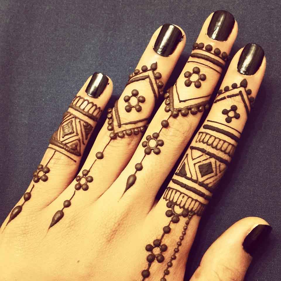 The best mehndi designs for hands livinghours - Don T Want To Clutter The Entire Hand Getting A Henna Tattoo For The First Time Then A Finger Design Is What You Should Try This Design Appears To Be