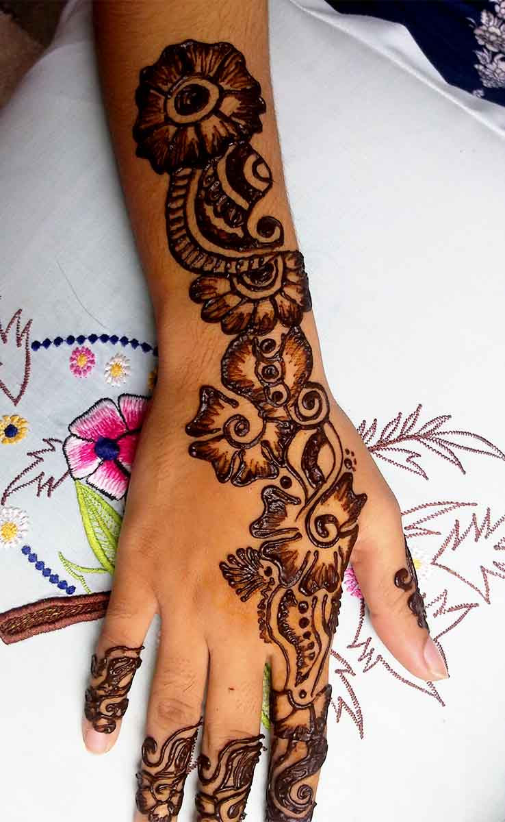 The best mehndi designs for hands livinghours - This Mehndi Design Is Beautiful And Nature Themed On So Many Levels The Back Henna Design For Hands Has A Range Of Flowers Slightly Shaded To Bring Out A