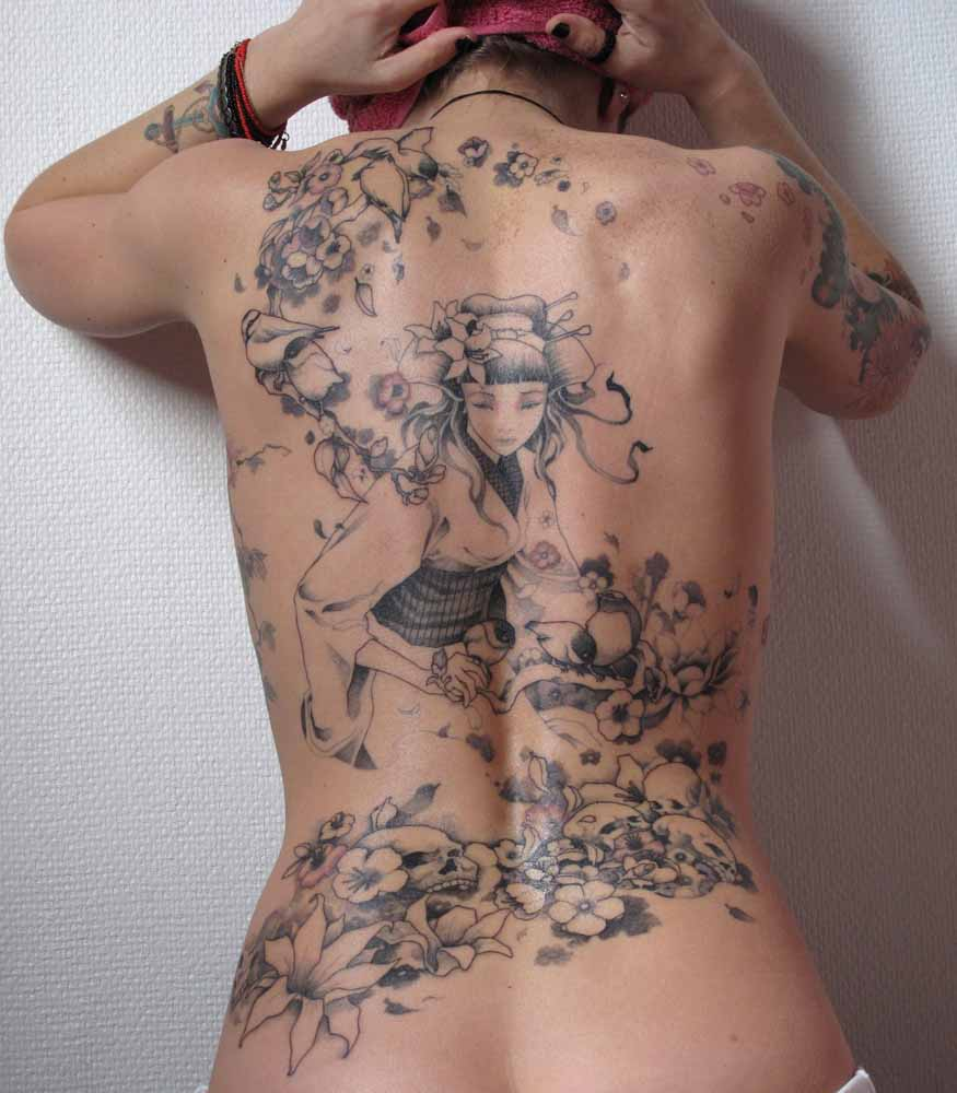 Female tattoos on the back - the choice of determined girls