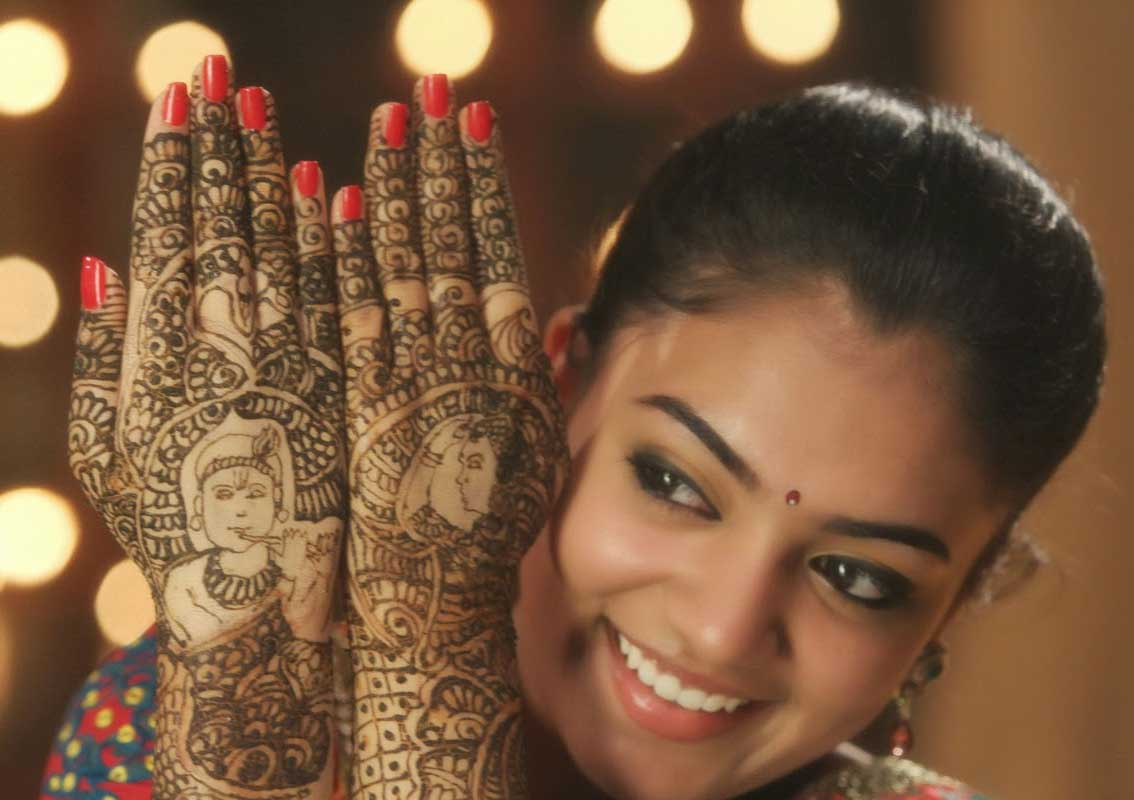 The best mehndi designs for hands livinghours - Radha Krishna Back Hand Mehndi Design
