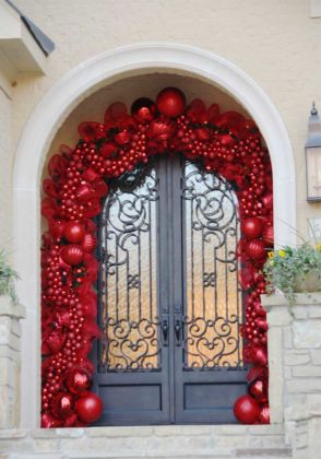 christmas-door-decoration-from-flowers