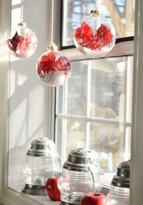 christmas-window-decorations-red-ornaments12