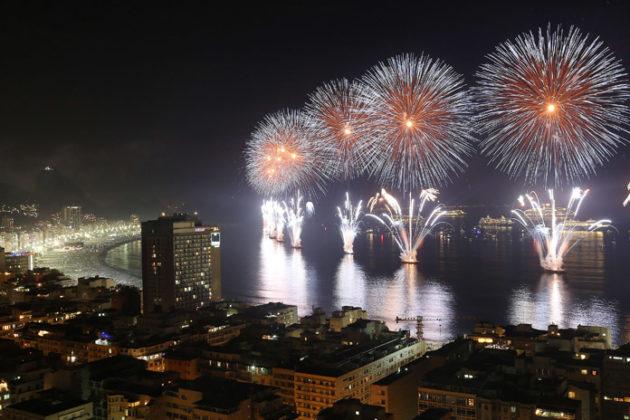 rio-de-janeiro-new-year-celebrations-copacabana-beach-04