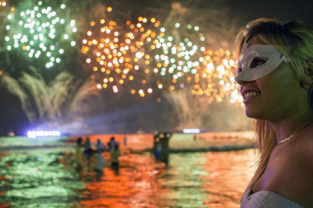 rio-de-janeiro-new-year-celebrations-copacabana-beach-05