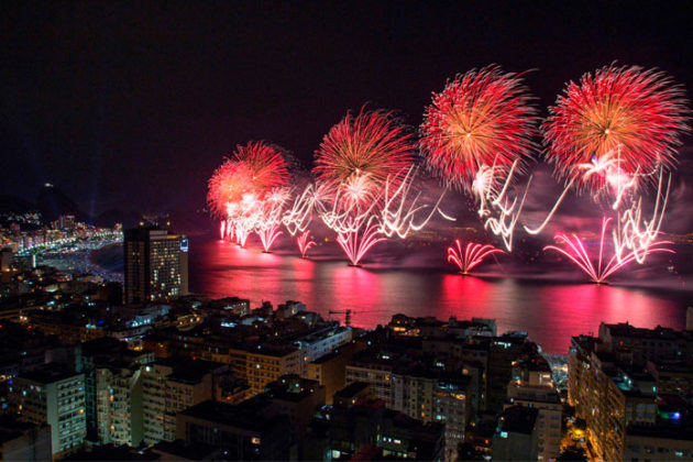 rio-de-janeiro-new-year-celebrations-copacabana-beach-06