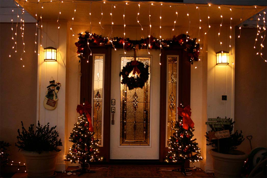 simple-front-porch-christmas-lighting
