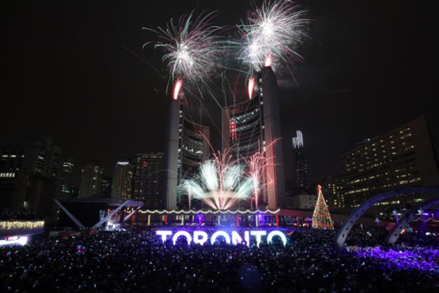 toronto-new-years-eve-at-nathan-phillips-square-06
