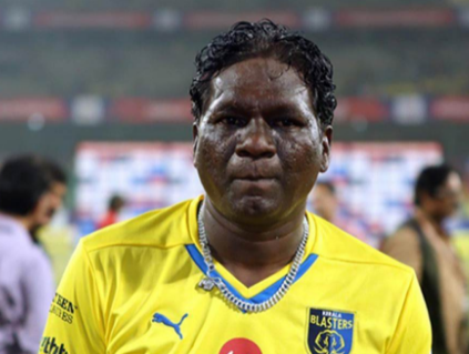 10th best football player IM vijayan wearing kerela blasters jersey